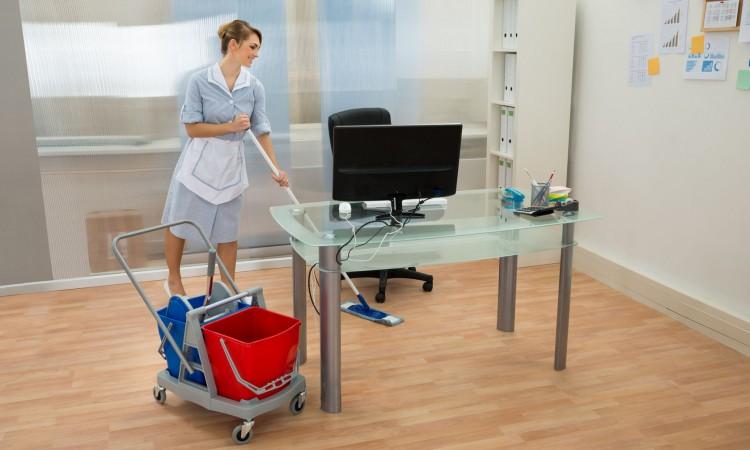 Empleada de limpieza de oficinas
