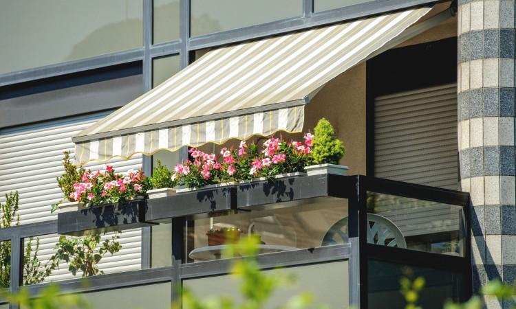 balcón con toldo